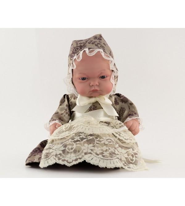 Muñeca bebé vestida con traje regional. Vestido beig con flores y capota. 25 cms. Sin pelo