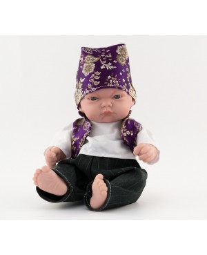 Muñeco bebé vestido con traje regional. Traje con chaleco morado y pañoleta. 25 cms. Sin pelo