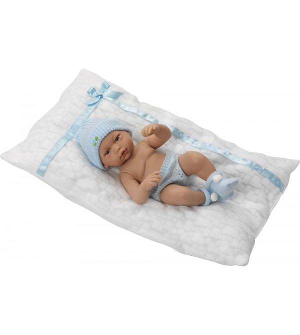 Muñeco recién nacido con braguitas, gorro, peucos y cojín blanco